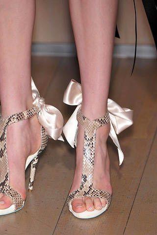 Footwear, Leg, Brown, Skin, Human leg, Toe, Joint, Shoe, White, Pink,