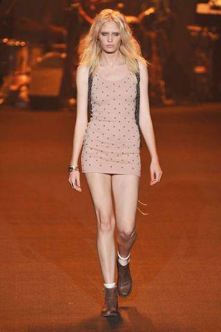 Lip, Brown, Human leg, Shoulder, Joint, Style, Amber, Knee, Fashion model, Flooring,