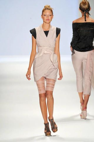 Clothing, Leg, Brown, Hairstyle, Sleeve, Human leg, Shoulder, Textile, Joint, Fashion show,