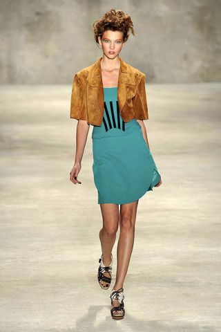 Hairstyle, Shoulder, Human leg, Joint, Standing, Style, Fashion show, Summer, Fashion model, Knee,