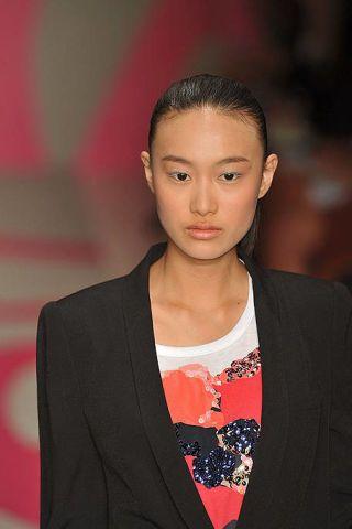 Ear, Lip, Hairstyle, Forehead, Eyebrow, Outerwear, Collar, Style, Blazer, Eyelash,