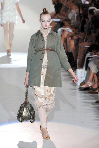 Clothing, Footwear, Leg, Fashion show, Human body, Shoulder, Joint, Runway, Outerwear, Fashion model,