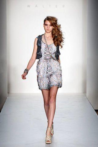 Clothing, Leg, Sleeve, Human body, Human leg, Shoulder, Dress, Photograph, Joint, White,