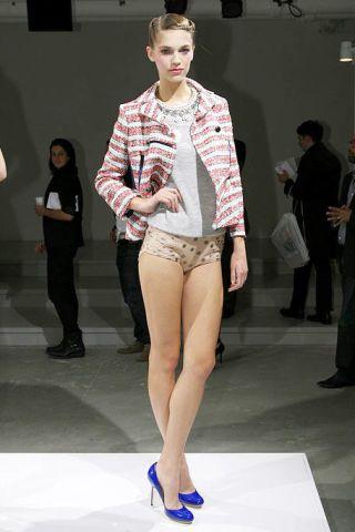 Clothing, Footwear, Leg, Human body, Trousers, Shoulder, Human leg, Fashion show, Joint, Standing,