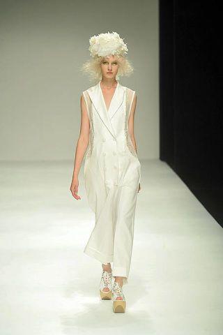 Hairstyle, Shoulder, Fashion show, Style, Runway, Fashion model, Fashion, Costume design, Model, One-piece garment,