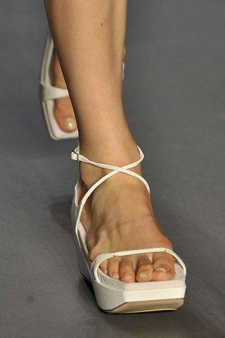 Toe, Brown, Skin, Human leg, Joint, Foot, Organ, Tan, Fashion, Barefoot,