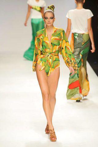 Fashion show, Shoulder, Runway, Joint, Style, Waist, Fashion model, Fashion, Neck, Beauty,