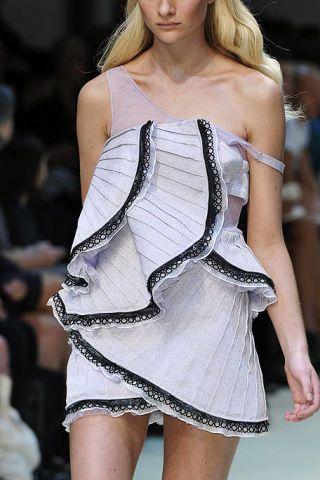 Shoulder, Fashion show, Joint, Fashion model, Thigh, Fashion, Model, Runway, Waist, Blond,