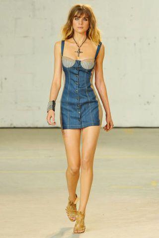 Clothing, Leg, Sleeve, Human leg, Human body, Shoulder, Joint, Waist, Dress, Style,