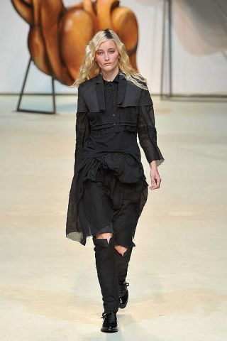 Sleeve, Shoulder, Fashion show, Textile, Joint, Runway, Style, Fashion model, Knee, Fashion,