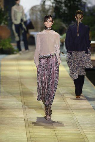 Leg, Human body, Sleeve, Standing, Textile, Photograph, Style, Street fashion, Fashion, Neck,