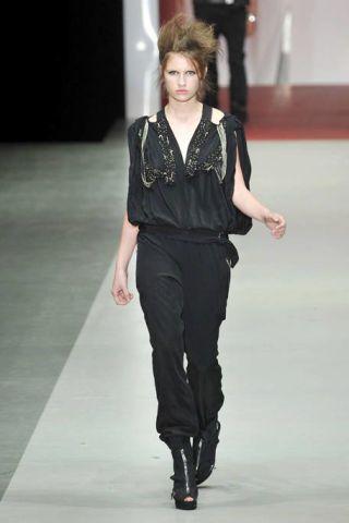 Sleeve, Human body, Fashion show, Shoulder, Joint, Style, Runway, Waist, Fashion model, Knee,
