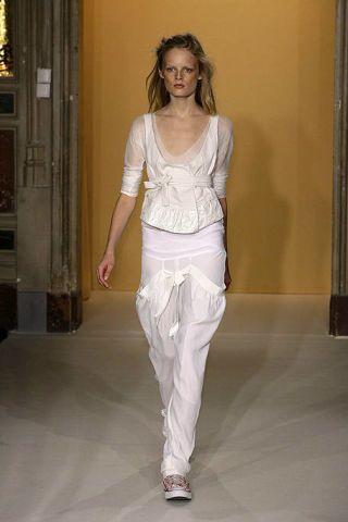 Shoulder, Textile, Standing, Style, Waist, Fashion, Trunk, Long hair, Silk, Fashion model,