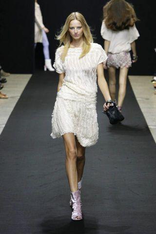 Clothing, Leg, Hairstyle, Human body, Shoulder, Human leg, Joint, White, Fashion show, Dress,