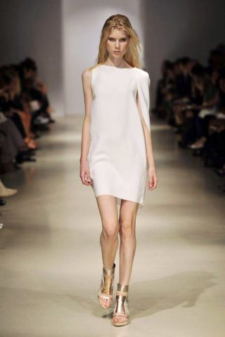 Fashion show, Hairstyle, Event, Shoulder, Human leg, Runway, Joint, Dress, Fashion model, Style,