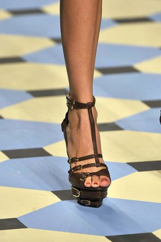 Human leg, Toe, Joint, Sandal, Foot, Fashion accessory, Fashion, Tan, Street fashion, Ankle,