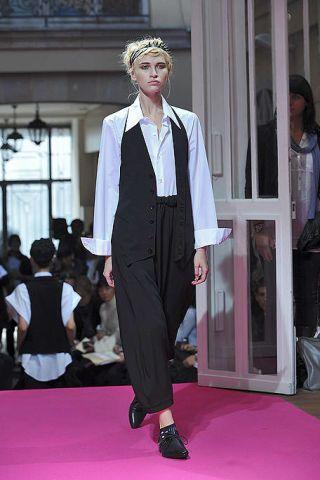 Fashion show, Outerwear, Style, Formal wear, Runway, Fashion model, Carpet, Fashion, Street fashion, Blazer,