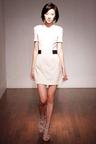 Sleeve, Human leg, Shoulder, Dress, Joint, Floor, Flooring, Waist, Style, Fashion model,