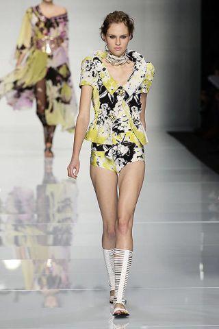 Fashion show, Shoulder, Joint, Runway, Fashion model, Waist, Style, Beauty, Fashion, Thigh,