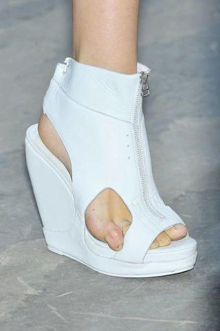 Leg, Human leg, Joint, White, Fashion, Foot, Grey, Tan, Toe, Beige,