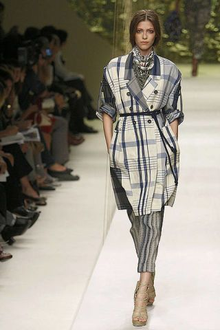 Clothing, Leg, Fashion show, Shoulder, Runway, Joint, Outerwear, Fashion model, Style, Jewellery,