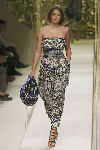 Leg, Shoulder, Joint, Style, Dress, Waist, One-piece garment, Fashion, Fashion model, Beauty,