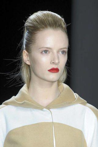 Lip, Hairstyle, Sleeve, Forehead, Eyebrow, Style, Eyelash, Fashion, Beauty, Sweatshirt,