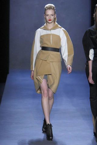 Clothing, Leg, Sleeve, Human leg, Shoulder, Fashion show, Joint, Fashion model, Runway, Style,