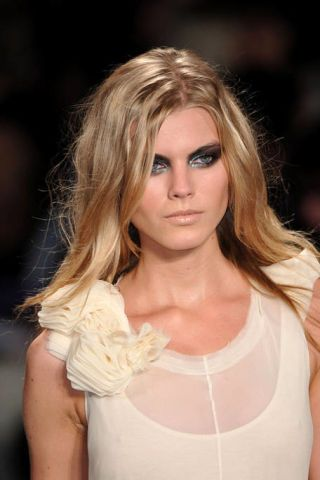 Lip, Hairstyle, Shoulder, Eyebrow, Joint, Eyelash, Style, Beauty, Long hair, Blond,