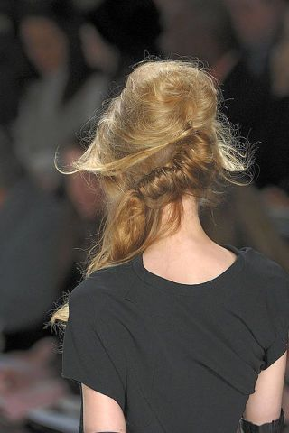 Hairstyle, Shoulder, Joint, Style, Back, Fashion, Neck, Street fashion, Blond, Long hair,