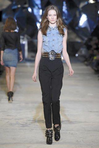 Clothing, Leg, Brown, Human body, Shoulder, Human leg, Joint, Outerwear, Fashion show, Style,