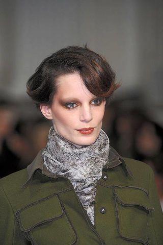 Lip, Hairstyle, Chin, Collar, Eyebrow, Textile, Eyelash, Style, Coat, Street fashion,