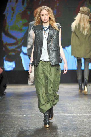 Footwear, Jacket, Fashion show, Outerwear, Runway, Style, Winter, Fashion model, Fashion, Street fashion,