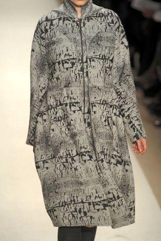 Sleeve, Textile, Standing, Pattern, Fashion, Street fashion, Fur, Beige, Fashion design, Natural material,