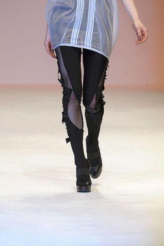 Sleeve, Shoulder, Human leg, Joint, Standing, Knee, Waist, Electric blue, Thigh, Tights,