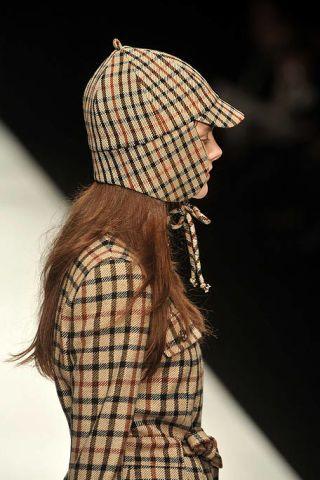 Sleeve, Textile, Pattern, Headgear, Wool, Fashion, Costume accessory, Woolen, Street fashion, Beige,