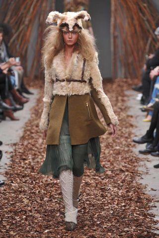 Leg, Human, Brown, Human body, Winter, Textile, Outerwear, Jacket, Style, Fur clothing,