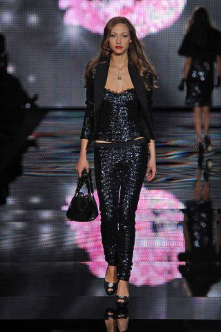 Clothing, Human body, Fashion show, Style, Fashion accessory, Fashion model, Runway, Fashion, Public event, Fashion design,