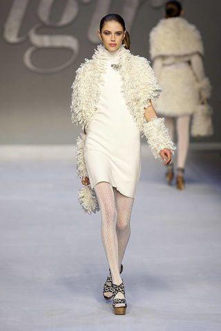 Clothing, Leg, Fashion show, Skin, Shoulder, Runway, Human leg, Joint, Outerwear, Winter,
