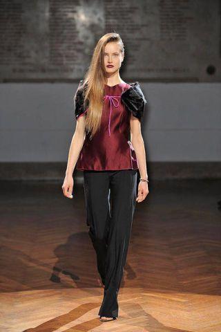 Brown, Human body, Shoulder, Joint, Floor, Flooring, Style, Waist, Wood flooring, Fashion,