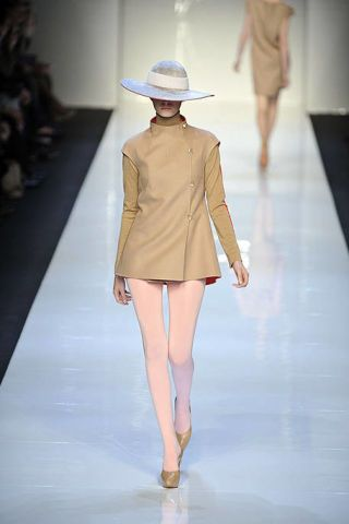 Fashion show, Brown, Hat, Shoulder, Runway, Joint, Outerwear, Human leg, Fashion model, Style,