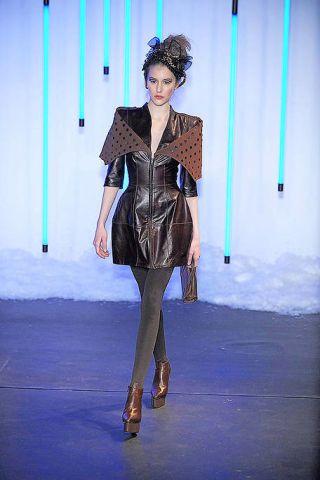 Fashion show, Outerwear, Style, Runway, Fashion model, Fashion, Jacket, Street fashion, Knee, Fashion design,