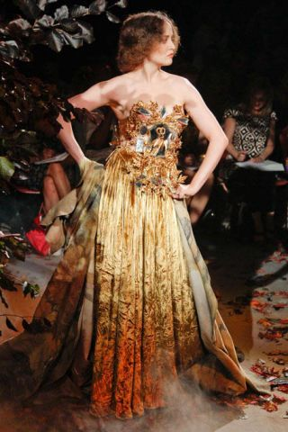 Clothing, Dress, Gown, Formal wear, One-piece garment, Fashion, Strapless dress, Day dress, Costume design, Haute couture,