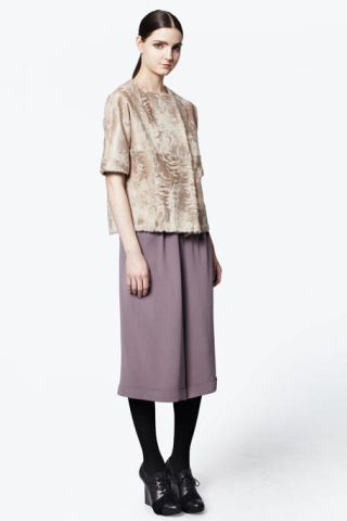 Sleeve, Human body, Shoulder, Collar, Textile, Standing, Joint, Style, Knee, Fashion,