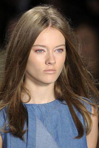 Lip, Hairstyle, Chin, Shoulder, Eyebrow, Style, Eyelash, Beauty, Long hair, Iris,