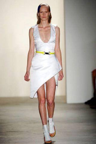 Human leg, Shoulder, Dress, Joint, White, One-piece garment, Style, Waist, Knee, Day dress,