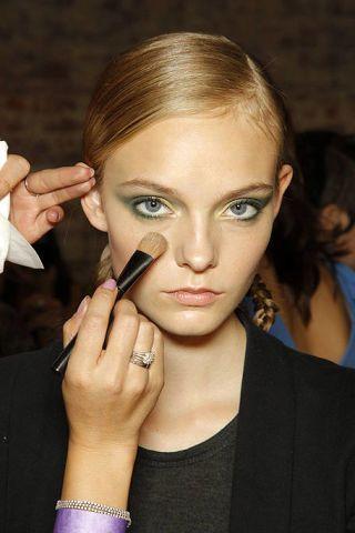 Finger, Lip, Brown, Hairstyle, Skin, Eyebrow, Eyelash, Style, Formal wear, Beauty,