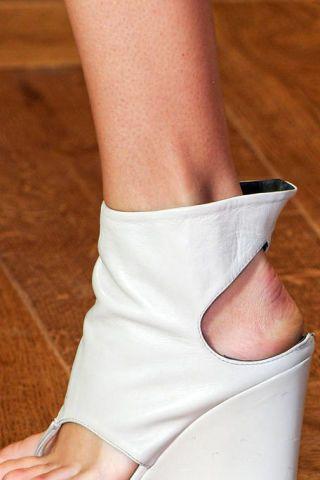 Skin, Human leg, Joint, Organ, Knee, Foot, Tan, Beige, Nail, Ankle,