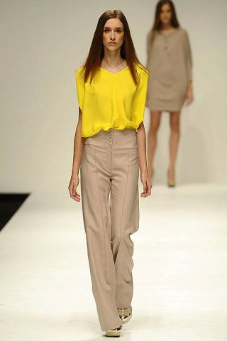 Clothing, Leg, Brown, Yellow, Sleeve, Human body, Shoulder, Standing, Joint, White,