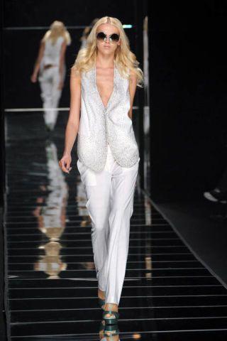 Shoulder, Fashion show, Outerwear, Sunglasses, Runway, Style, Fashion model, Fashion, Street fashion, Model,